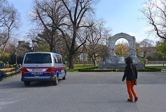 Das Trio soll den 20-Jährigen im Wiener Stadtpark überfallen haben.