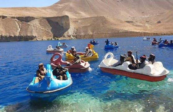 Seit Samstag kursieren im Internet Videos von Taliban, wie sie sich in einem Nationalpark auf Tretbooten vergnügen.