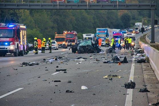 Die Autobahn 5 in Deutschland gleicht nach nach einem Unfall einem Trümmerfeld.