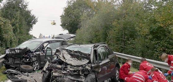 Die beiden Unfallfahrzeuge wurden komplett demoliert.