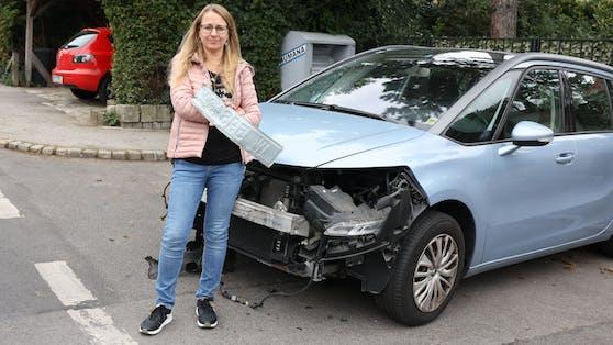 Katharina F. vor ihrem zerstörten Auto in Wien-Liesing.