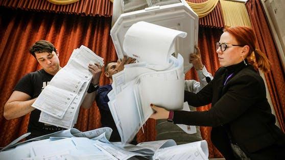 Stimmen werden in Moskau ausgezählt.