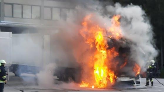 Großeinsatz im Bezirk Klagenfurt-Land: Zum Glück konnte ein Übergreifen des Feuers auf den 600 Liter-Tank verhindert werden.