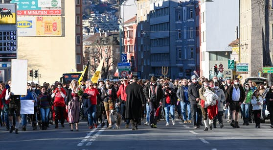 Obwohl Demos gegen die Corona-Maßnahmen am 20. Februar in Innsbruck untersagt worden waren, gingen rund 1.000 Personen auf die Straße.
