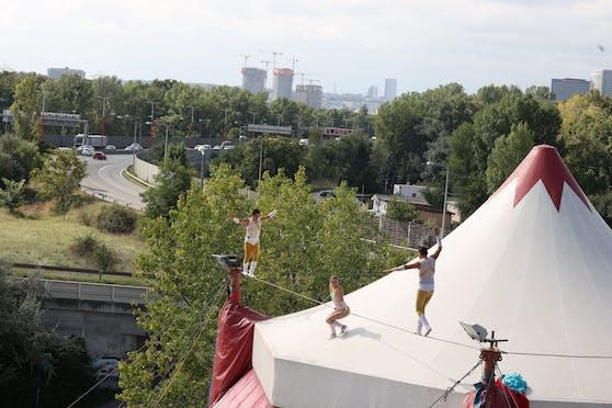 """Der Circus Louis Knie präsentiert dem Wiener Publikum neue, akrobatische Kunststücke. """"Mange frei"""" heißt es ab 22. September an der Donaumarina in Leopoldstadt."""