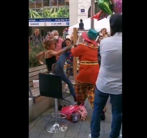 Wilde Szenen in der Neubaugasse: Ein Clown und eine Frau attackieren sich gegenseitig.
