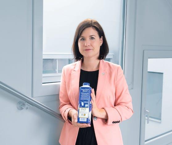 Veronika Breyer, Marketingleiterin der NÖM AG mit der Packung auf der die Notrufnummer zu sehen ist. ©N…M AG