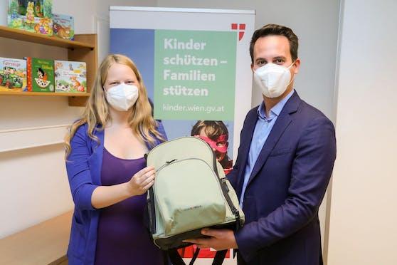 Am heutigen Weltkindertag übergab Vizebürgermeister Christoph Wiederkehr (Neos) an Bald-Mama Michaela Bauer den 5.000sten Wickelrucksack des heurigen Jahres.