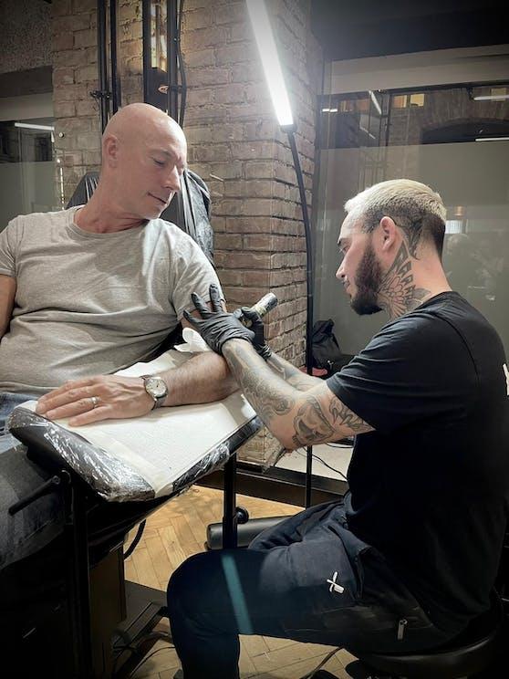 Leberkas Pepi bekommt sein Semmerl auf den Arm.