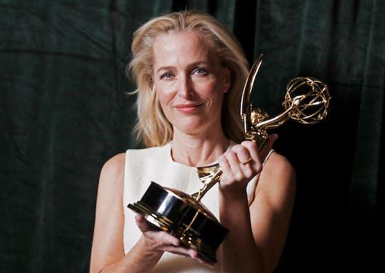 """""""The Crown"""" ging mit sieben Emmys als der große Gewinner hervor. Hier: Gillian Anderson mit ihrem Emmy für die beste Nebendarstellerin einer Dramaserie."""