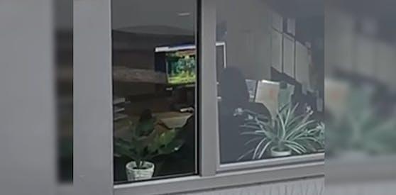 Diesem AMS-Mitarbeiter war scheinbar langweilig im Büro.