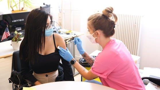 Als eine der ersten nützte Vanessa (18) das terminlose Impfen in der Berufsschule Mollardgasse (Mariahilf).