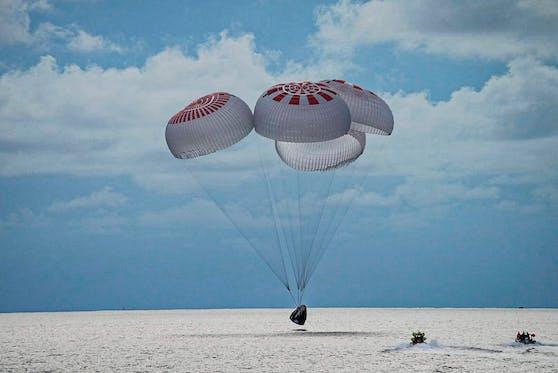 Die Kapsel mit den vier Weltraumtouristen landete vor der Küste Floridas im Meer.