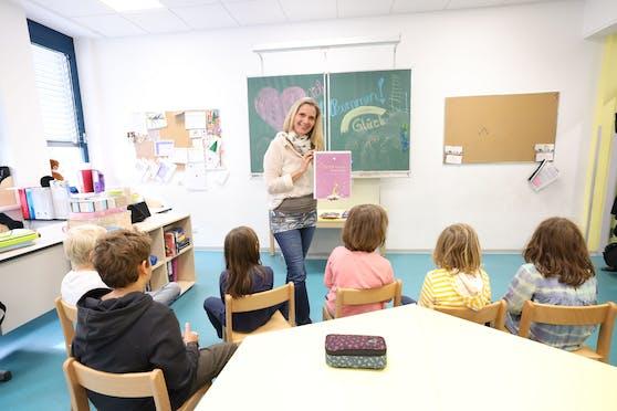 In den Wiener Volksschulen Friedrichsplatz und Lerngemeinschaft 15 wir Glück gelehrt, wie in der Klasse von Karin Märzinger (Mitte).