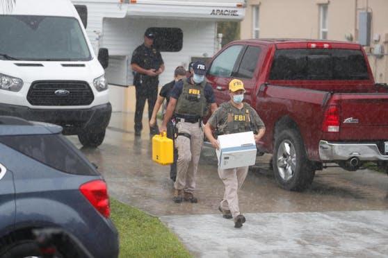Beamte tragen in North Port, Florida, Beweismaterial aus dem Elternhaus des Freundes von Gabby Petito. (20. September 2021)