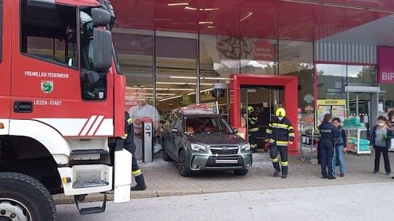 Die Pensionistin krachte mit ihrem Wagen durch die Scheibe. Eine 39-Jährige wurde von den herumfliegenden Scherben verletzt.