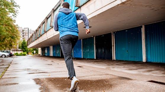 Blauer Jogger aus England kostete mehr als erwartet.