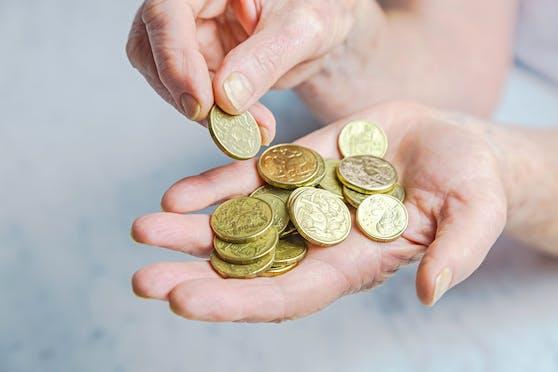 Die Seniorin händigte den Betrügern Goldmünzen im Wert von 100.000 Euro aus. Symbolbild.