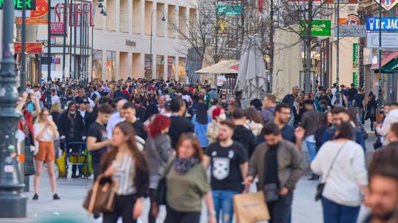 Menschen auf der Kärntner Straße