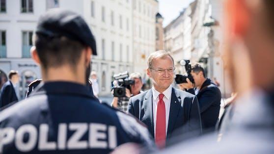 Thomas Stelzer bei der Vorstellung der neuen Polizeieinheit
