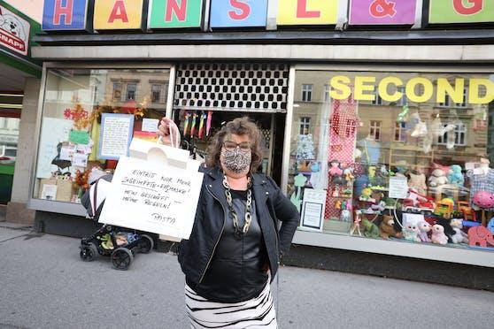 In das Second Hand-Geschäft von Ruth Berka-Wintner in Wien-Brigittenau kommen nur doppelt Geimpfte mit FFP2-Maske rein.