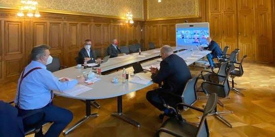 Hier bespricht Wiens Bürgermeister Ludwig die Corona-Lage mit den Experten.