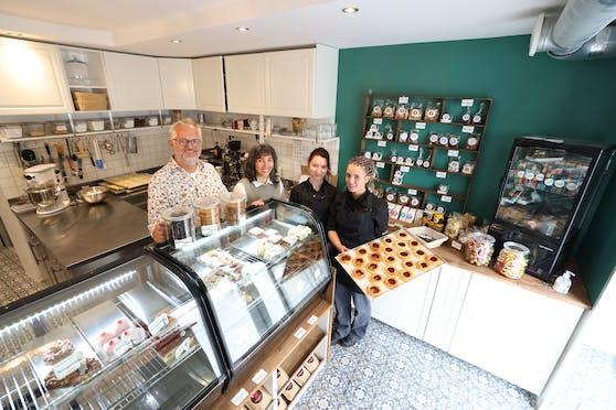 Betreiberpaar Mark und Claudia Hellin mit Konditormeisterin Iris und Lehrling Kathi in der neusten Hüftgold Bäckerei am Lainzer Platz in Wien-Hietzing.