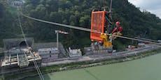 Hier schweben Arbeiter 100 Meter über der Donau