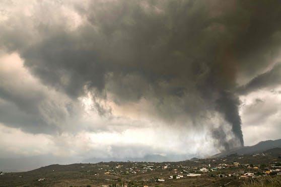 Der Vulkan Cumbre Vieja auf der Kanareninsel spuckt eine kilometerhohe Aschesäule in die Luft.