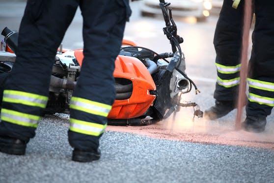 Die beiden Jugendlichen waren auf einem Zweirad unterwegs, als es zum Unfall kam. (Symbolbild)