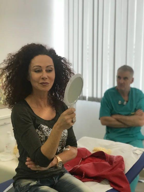 Christina Lugner begutachtet das Botox-Ergebnis.