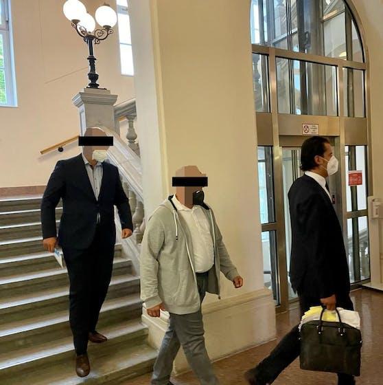 Die Angeklagten mit Anwalt Marcus Januschke