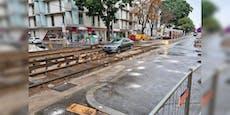 Schild übersehen – Kran zieht PKW aus Gleisbaustelle
