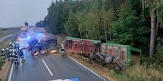 Landwirt kippte nach Crash mit Traktorgespann um