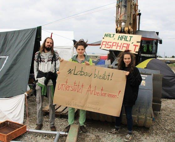 """Um den Lobautunnel zu verhindern, blockieren Umweltaktivisten zwei Baustellen in Wien-Donaustadt. Bauarbeiter, die von """"Lohndiebstahl"""" durch Leihfirmen betroffen sind, wollen sie durch einen Hilfsfonds unterstützen."""