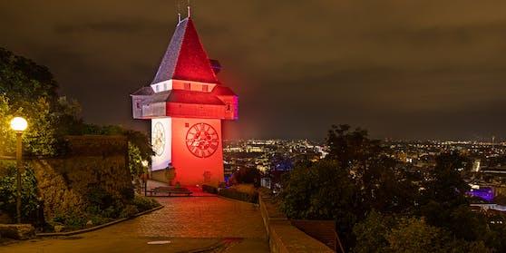 Der Grazer Uhrturm erstrahlt bis Sonntag jeden Abend in den Skills-Farben.