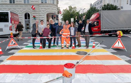 Die Stadt Salzburg möchte mit dem Regenbogen-Zebrastreifen ein Zeichen für Toleranz und Vielfalt setzen.