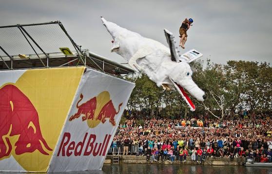 Beim Red Bull Tag in Wien kann nicht alles was Flügel hat auch fliegen - aber wunderschön abstürzen.