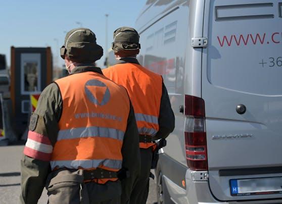 Soldaten des Bundesheeres im sicherheitspolizeilichen Assistenzeinsatz kontrollieren Fahrzeuge und Personen bei der Einreise von Ungarn nach Österreich. Archivbild