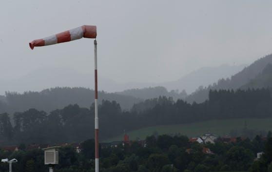 Ein Sturmtief streift am Freitag Österreich.