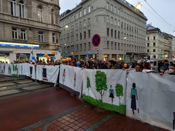 Ein Banner illustriert, wie die Wallensteinstraße nach einer Umgestaltung aussehen könnte.