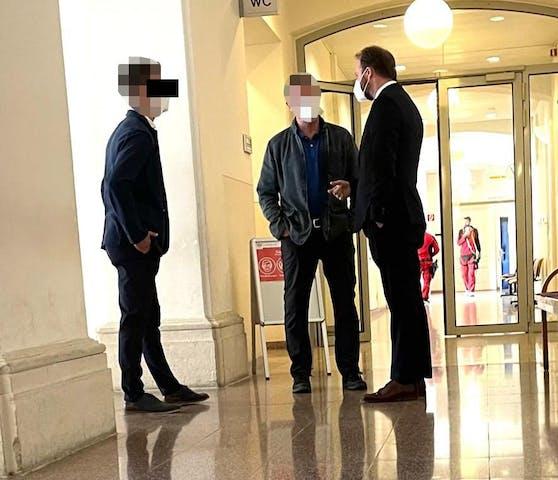 Der Angeklagte (l.) mit Vater und Anwalt