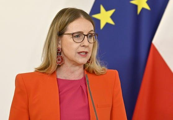 """Für Wirtschaftsministerin Margarete Schramböck ist es bereits """"5 nach 12""""."""