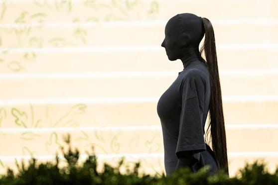 Kim Kardashian erschien bei der MET Gala 2021 in einem All-over-Look von Balenciaga.