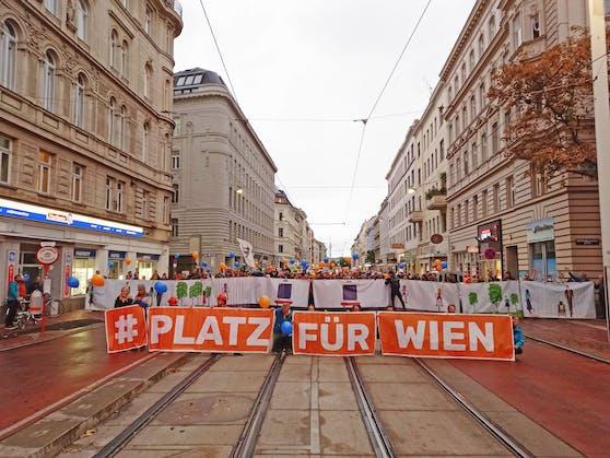In einer gemeinsamen Aktion sperrten Bürgerinitiativen die Wallensteinstraße in Wien-Brigittenau. Gefordert wurde eine Verkehrsberuhigung und Umgestaltung des 30 Meter breiten Straßenzugs zugunsten von Fußgängern und Radfahrern.