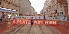 Initiative blockiert Straße, fordert Verkehrsberuhigung