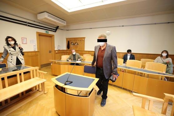 Ein 55-jähriger Krankenpfleger stand wegen einer Affäre mit einer Patientin vor Gericht, links Anwältin Astrid Wagner.