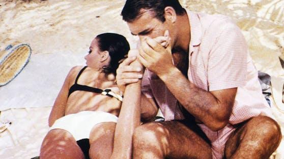 "Sean Connery als James Bond in ""Feuerball"" mit Claudine Auger als ""Domino""."