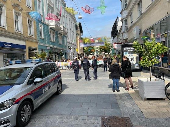Die Polizei kontrollierte die Demonstranten.