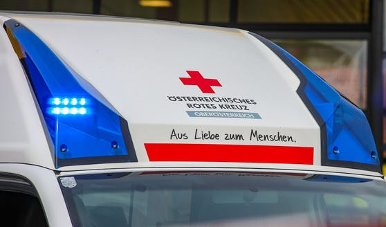 Zehn Sanitäter waren zur Versorgung des Verletzten und dessen Mutter angerückt. Symbolbild